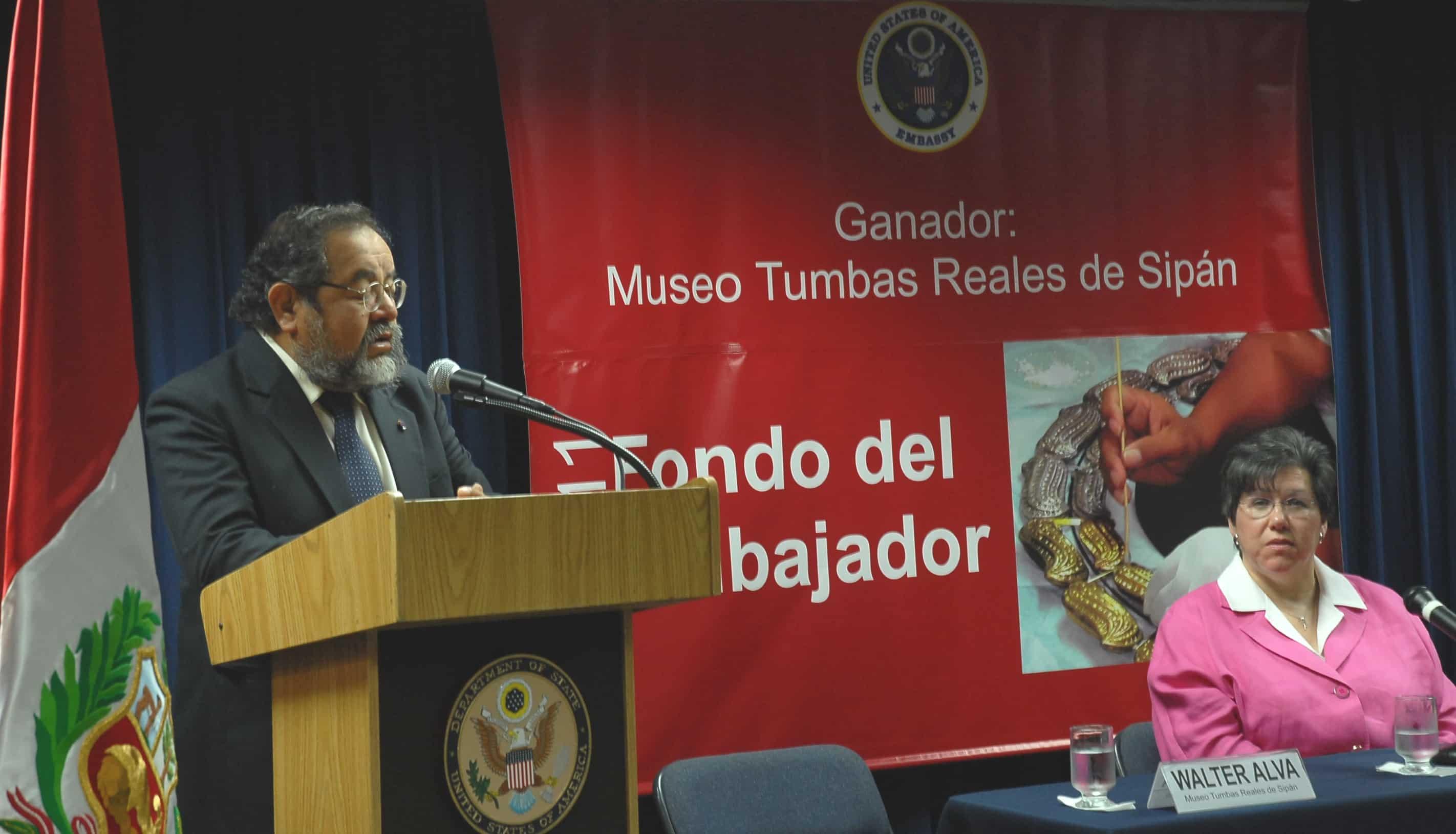Walter Alva speaking at the US embassy in Peru in 2011.